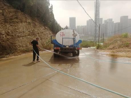 洒水车清洗路面